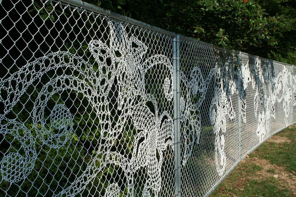 Декоративное плетение на заборе из сетки-рабицы