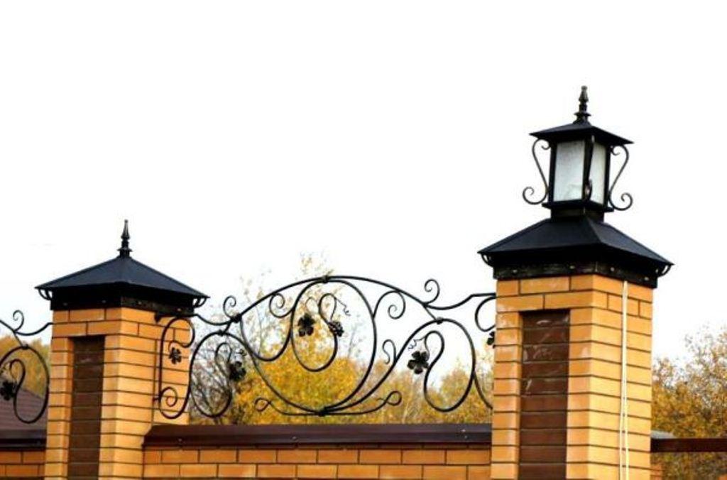 Колпаки с фонарями на столбы для забора из кирпича