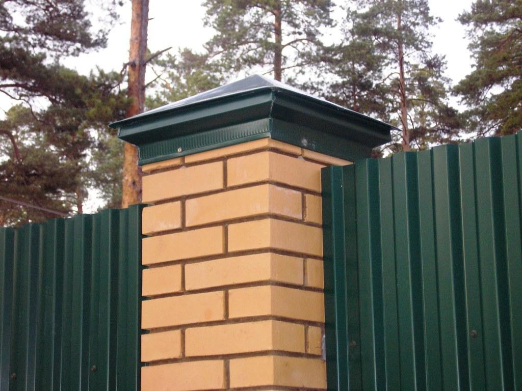 Металлический колпак для заборного столба из кирпича
