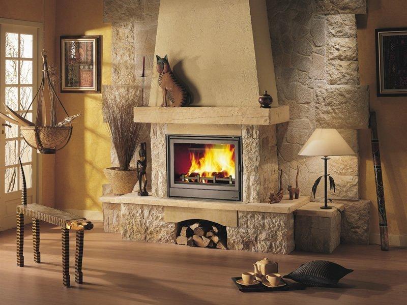 Пристенная печь-камин для загородного дома или дачи