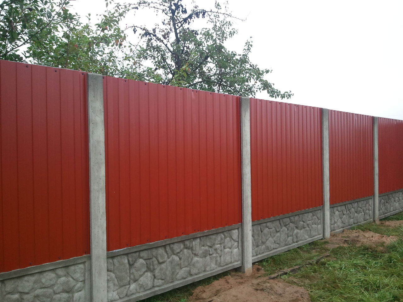 Забор из профнастила с бетонными столбами