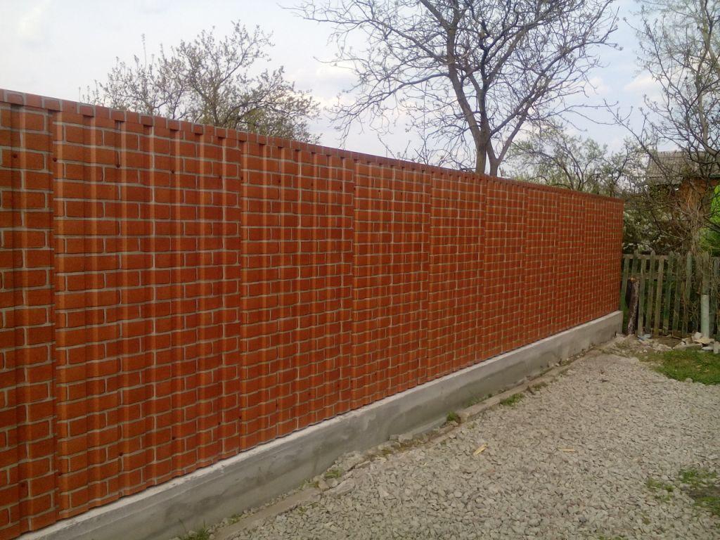 Забор из профнастила стилизованный под кирпич