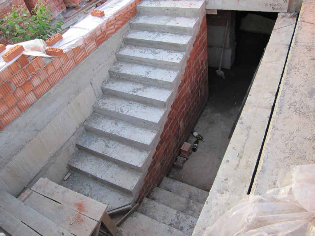 Бетонная лестница в погреб с кирпичным основанием