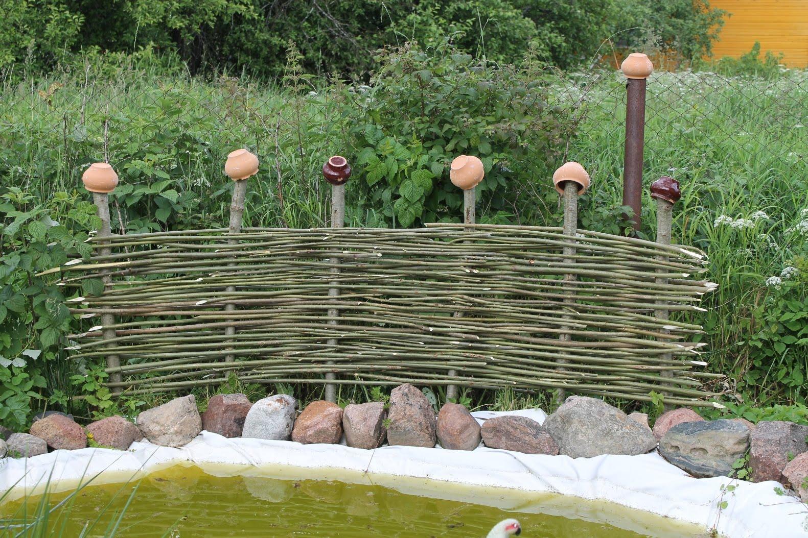 Декоративный плетеный забор на дачном участке