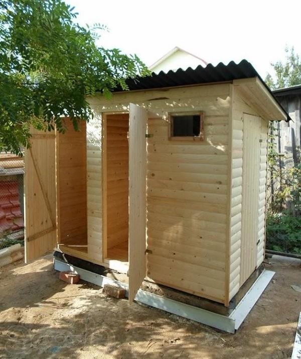 Душ и туалет для дачного участка под одной крышей
