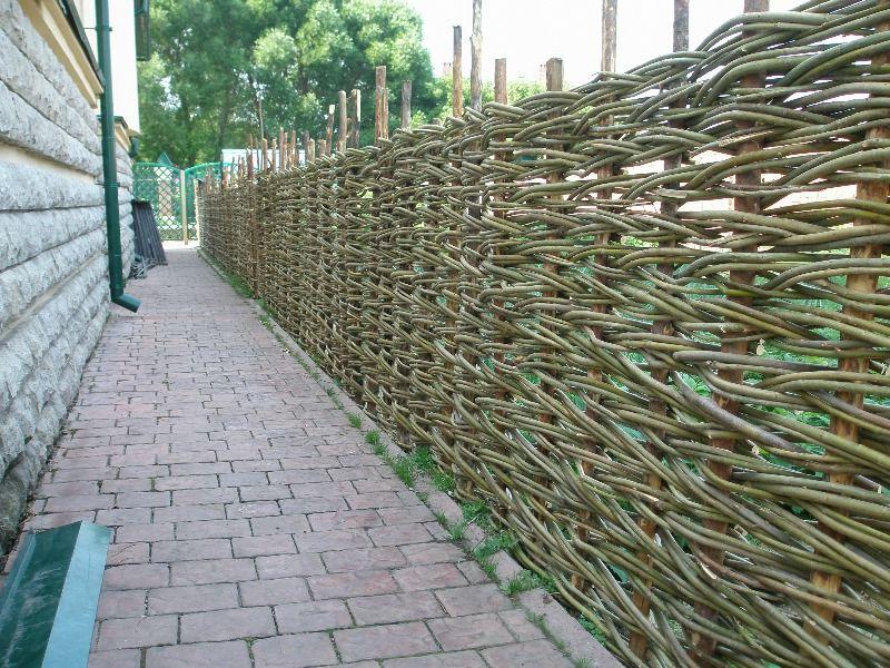 Горизонтальное плетение забора из прутьев ивы