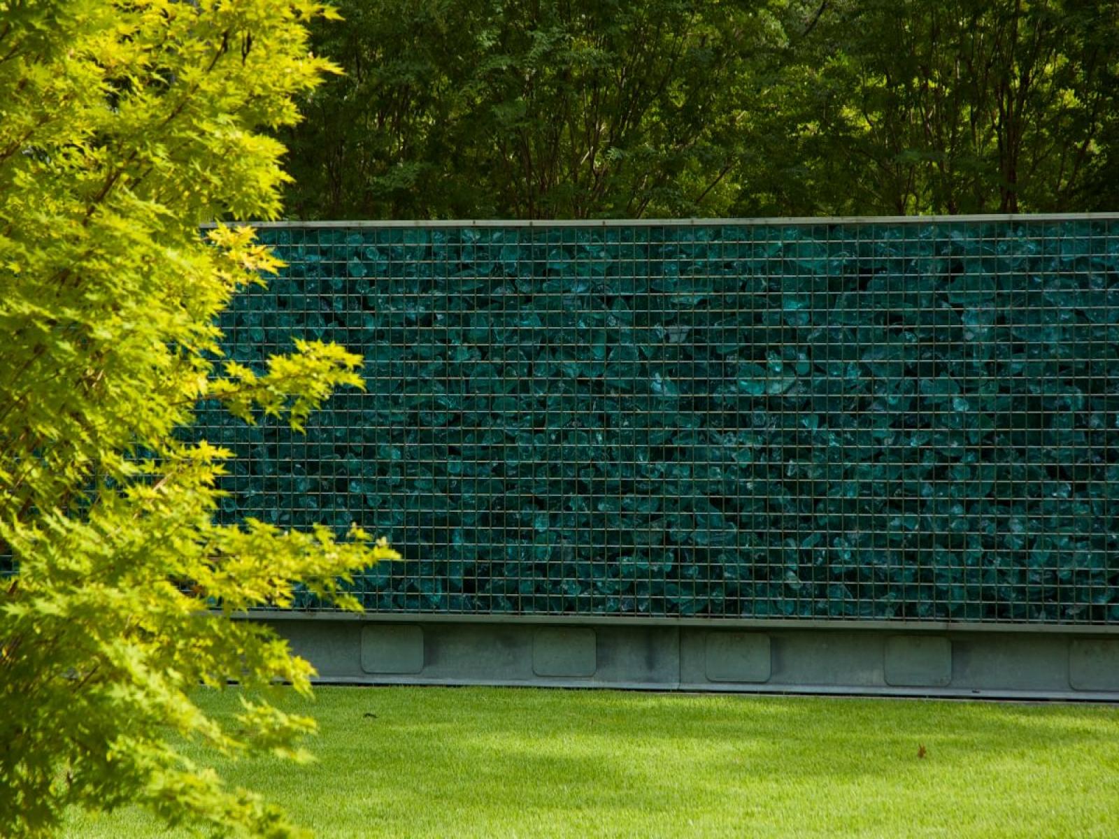 Идеи декорирования забора на даче с использованием маскировочной сетки