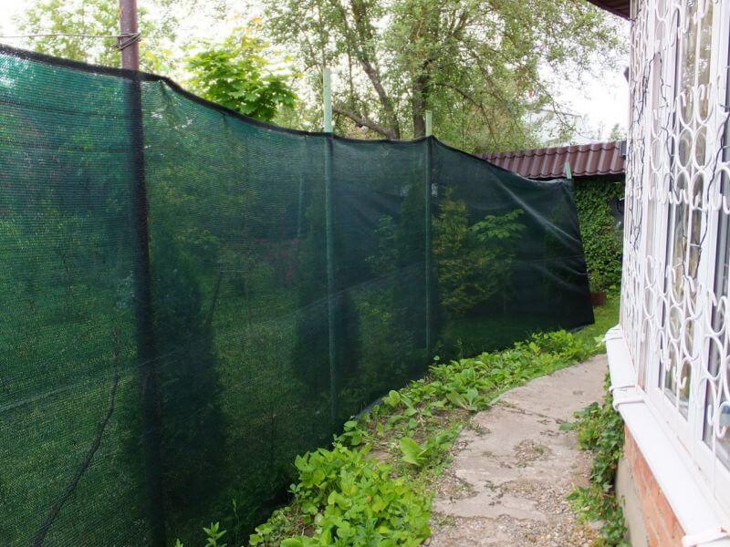 Использование фасадной сетки в качестве забора на даче
