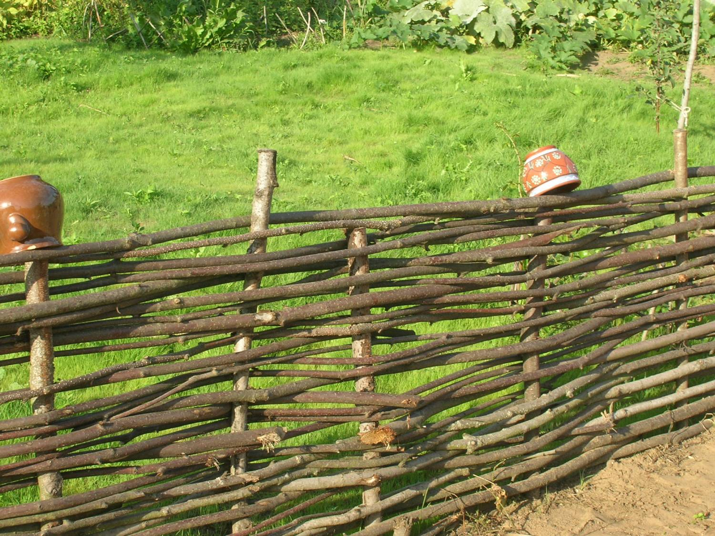 bf6274b69c03be Плетеный забор для декора и защиты дачного участка