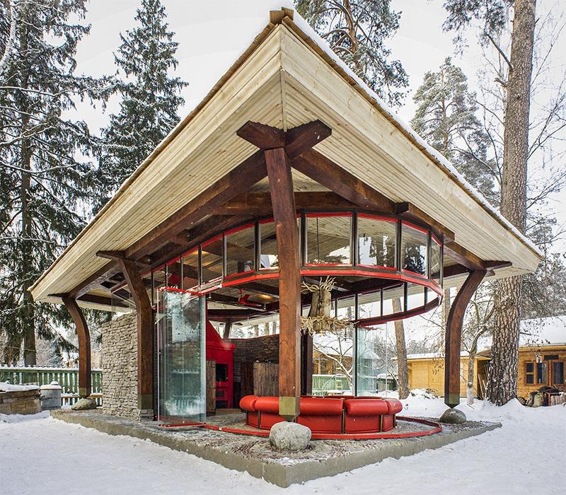 Комбинированная летняя кухня из бревна, камня и стекла в современном стиле