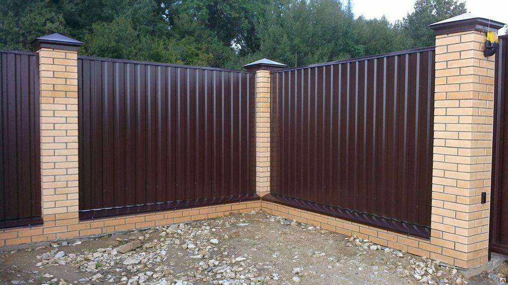 Комбинированный забор из кирпича и профнастила