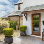 Навес над входной дверью в частном доме: функциональность и высокая эстетика изделия