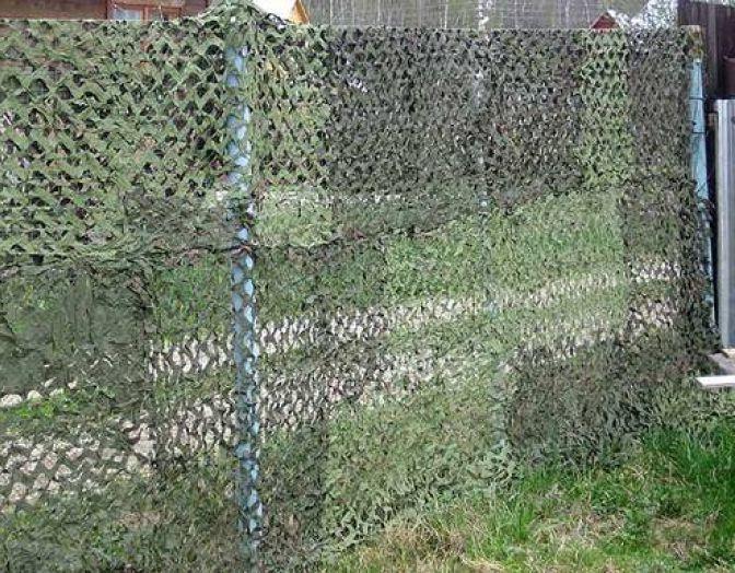 Маскировочная сеть на заборе из рабицы
