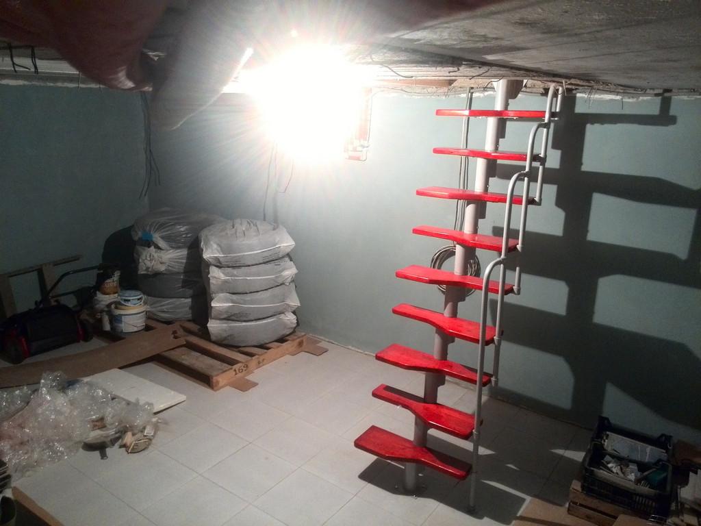 Модульная лестница в погреб загородного дома