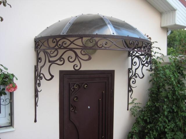Навес над входной дверью из металла и поликарбоната