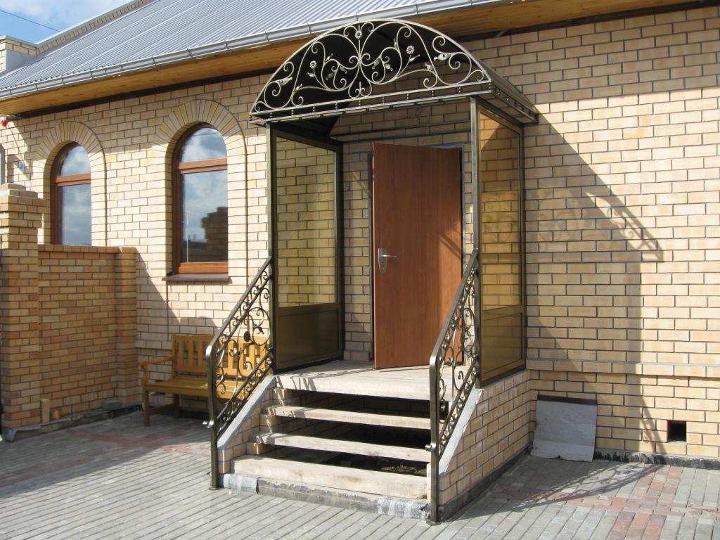 Навес над входной дверью в виде арки