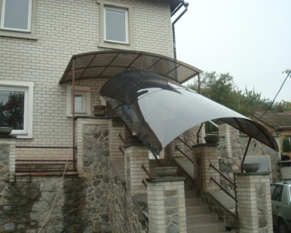 Навес над входом из монолитного поликарбоната
