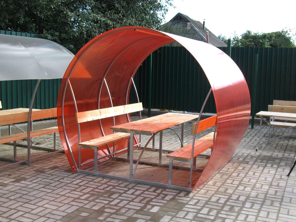 Оригинальная беседка из поликарбоната с местами для сидения
