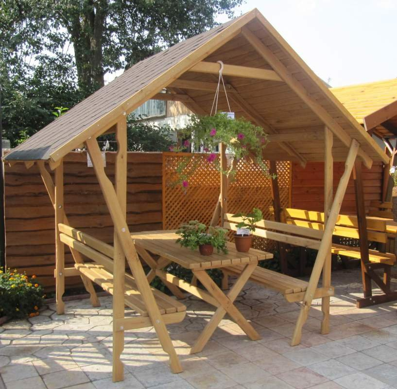 Открытая портативная беседка из дерева с двухскатной крышей