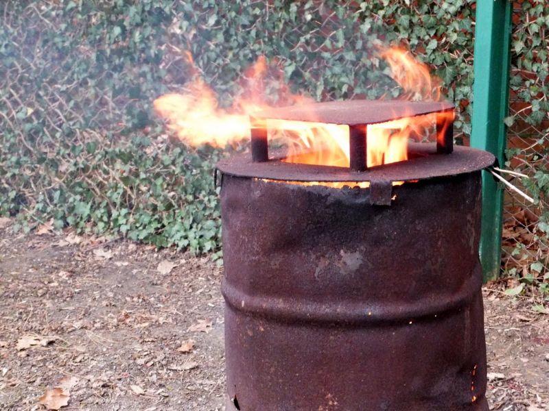 Печь на даче для сжигания мусора из старой бочки