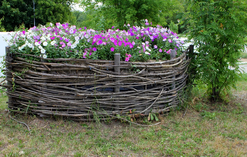 Плетеный забор для загородного дома