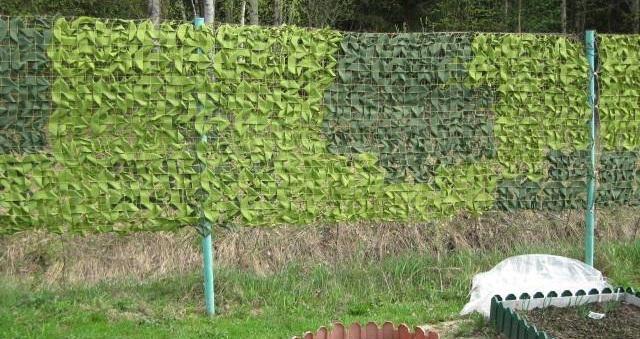 Пример использования маскировочной сетки для забора на даче