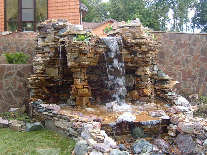 Пруд с водопадом и альпийской горкой из камня