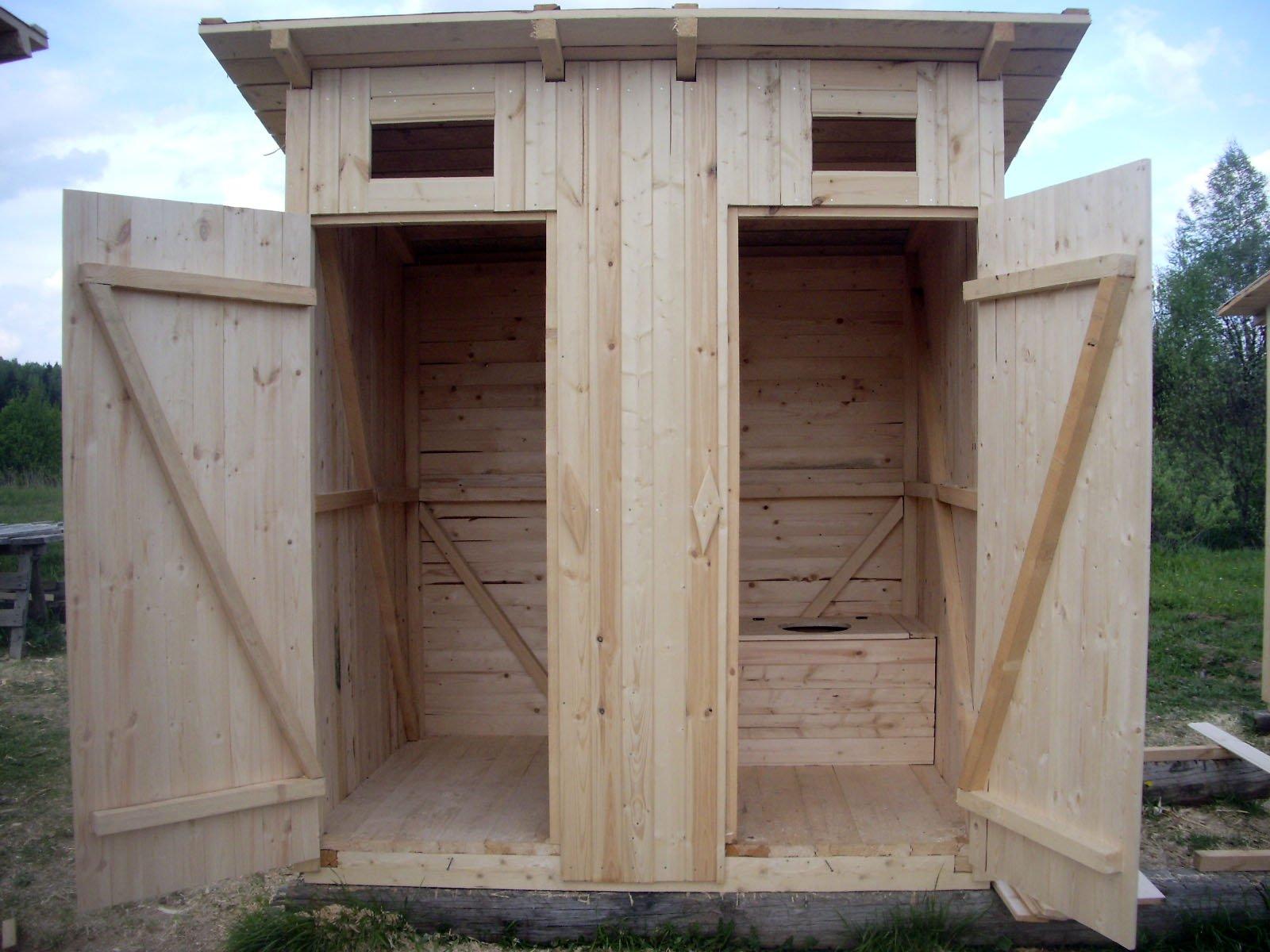 Совмещённые в одной постройке туалет и душ для загородного участка