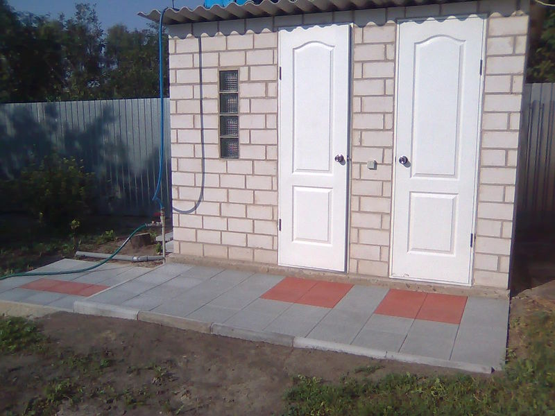 Туалет и душ из кирпича под одной крышей
