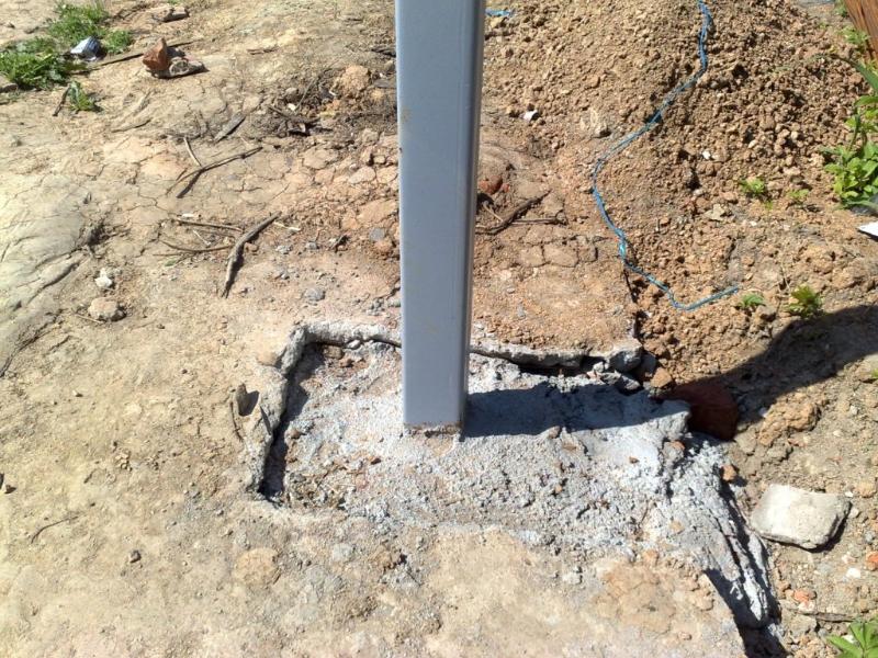 Установка металлических столбов для навеса