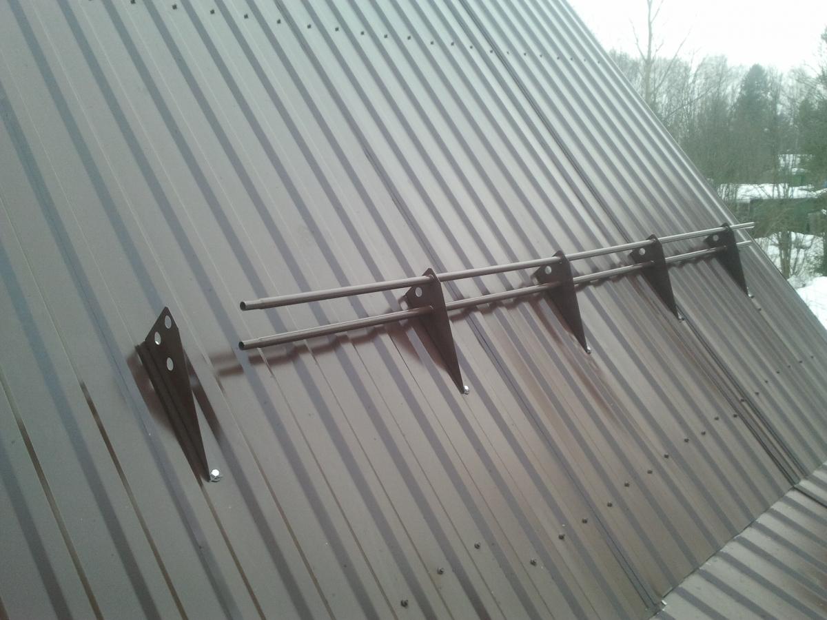 Установка снегозадержателей на крыше самостоятельно