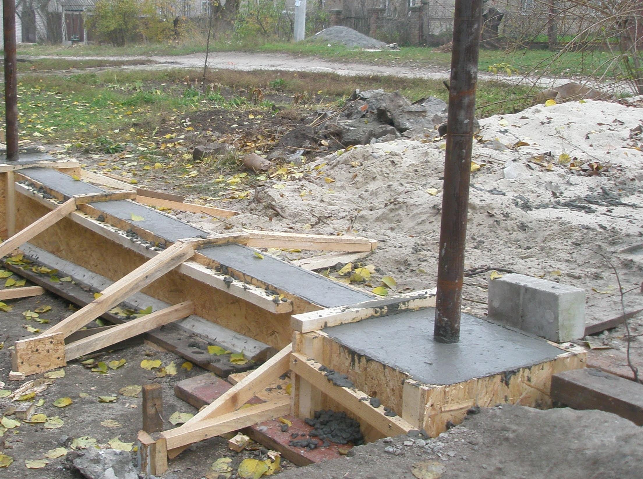 Установка столбчатого фундамента для легкого забора с кирпичными столбами