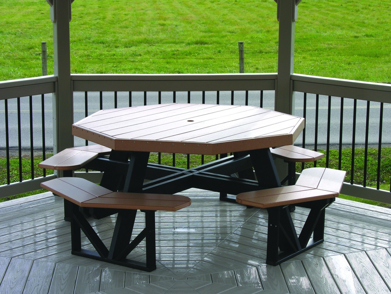 Восьмиугольный стол со встроенными лавками для беседки на даче