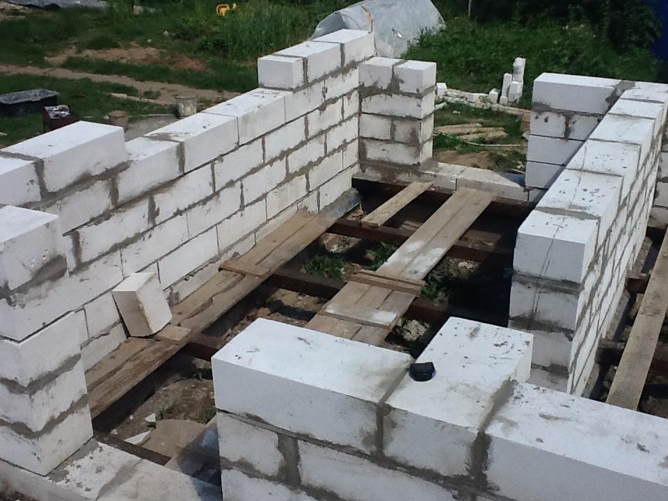Возведение стен сарая из пеноблоков