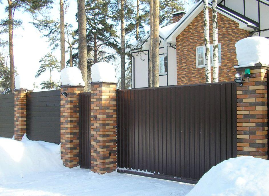 Забор из кирпича и профнастила для частного дома