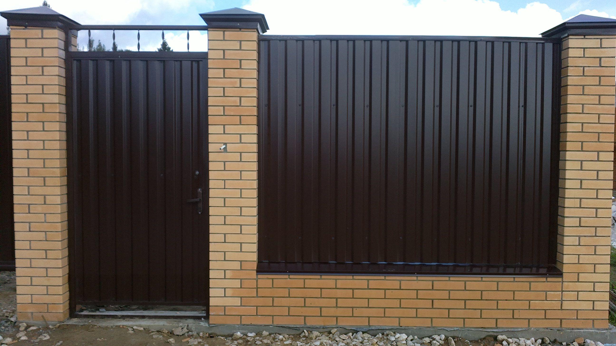 Забор из кирпича и профнастила с калиткой