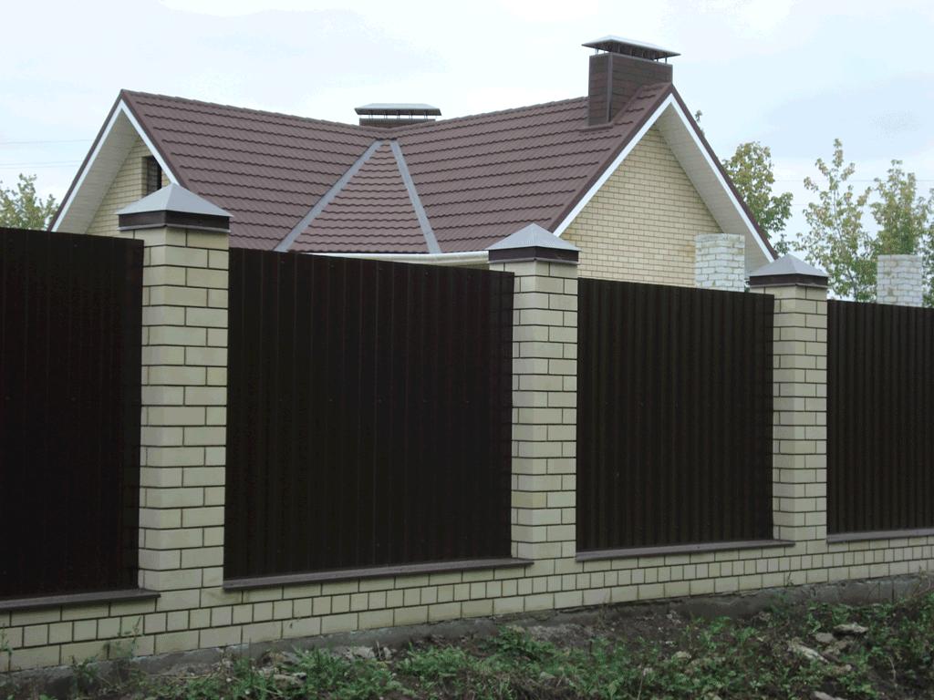 Забор из кирпича и профнастила с кирпичным фундаментом