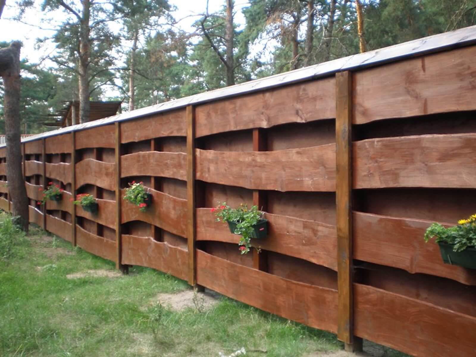 Забор из необрезной доски для дачи