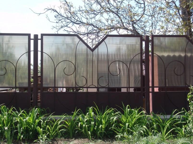 Декорированный забор из поликарбоната на металлическом каркасе