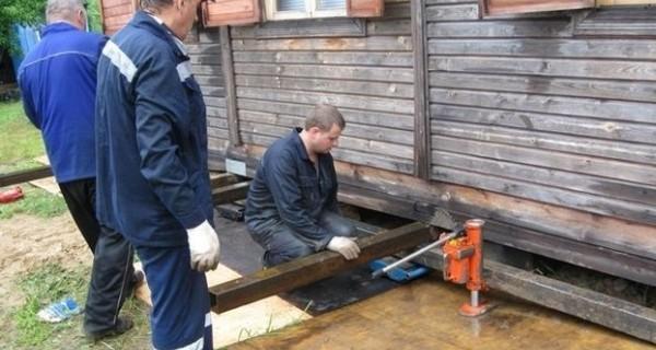 Как приподнять фундамент деревянного дома при ремонте