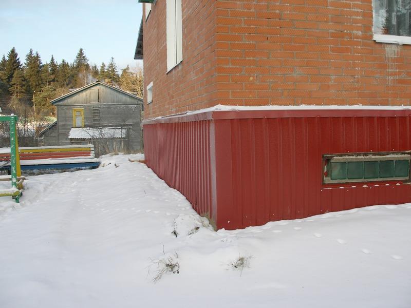 Как произвести отделку фундамента загородного дома профлистом