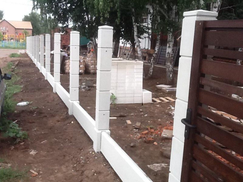 Как надежно вкопать бетонные опоры для забора