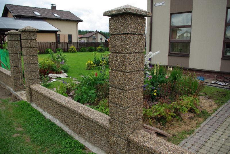 Как вкопать каменные декоративные блоки для забора