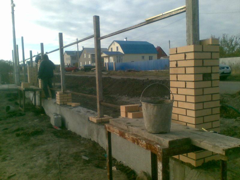 Как вкопать столбы для забора из металлической трубы