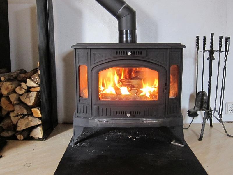Как выбрать камин длительного горения для своего дачного дома