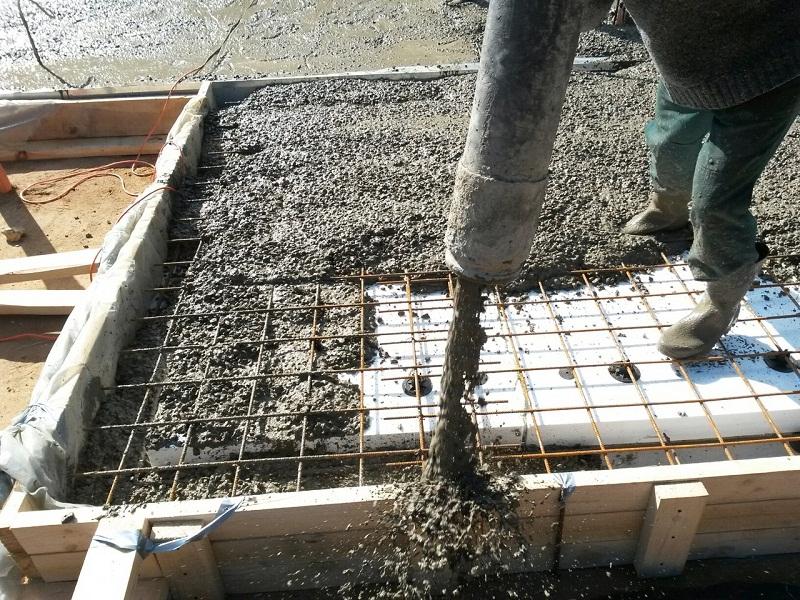 Как залить плиту под фундамент, заливка спомощью бетононасоса