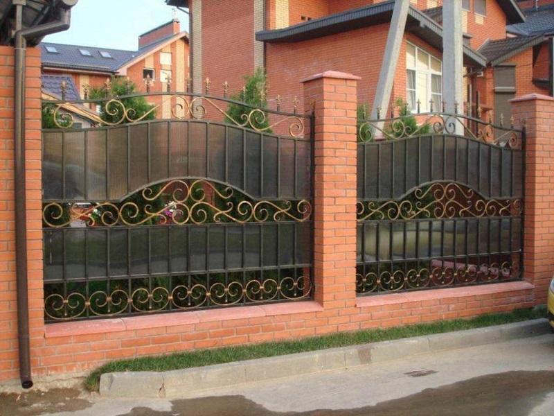 Комбинированный забор из поликарбоната с ковкой