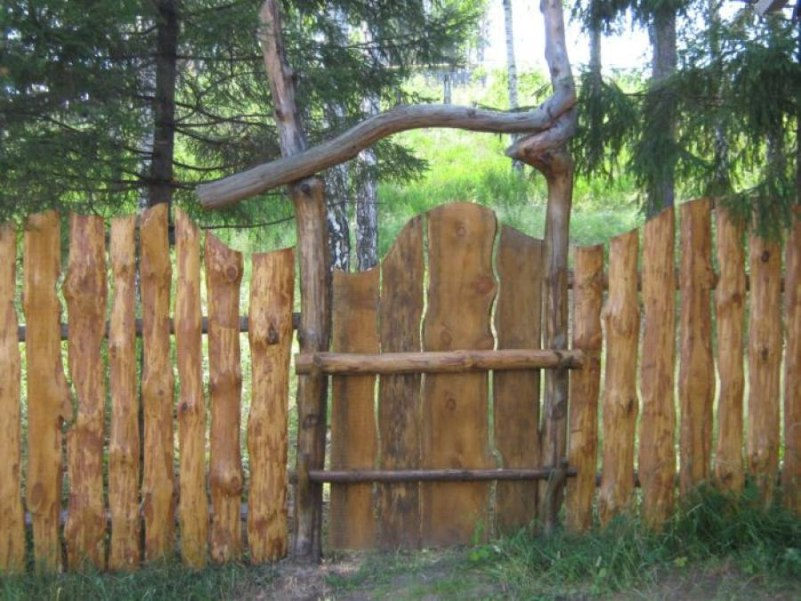 Оригинальный забор из горбыля для загородного участка