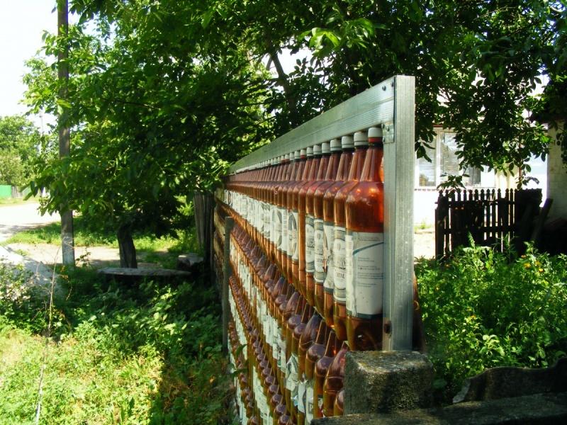 Оригинальный забор из пластиковых бутылок на дачном участке