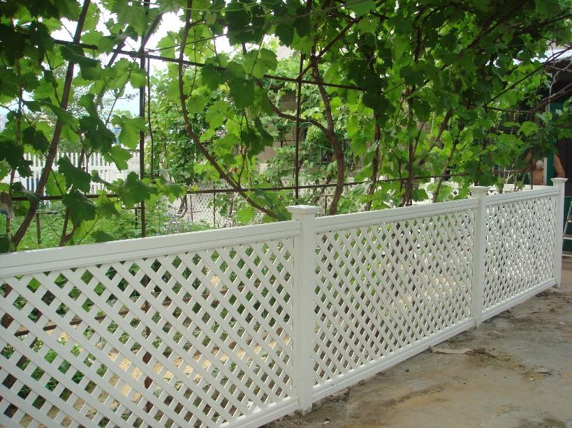 Пластиковый забор в виде решетки для дачного участка